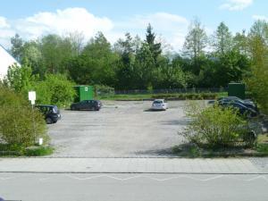 Wir haben einen Parkplatz für Sie direkt gegenüber reserviert.